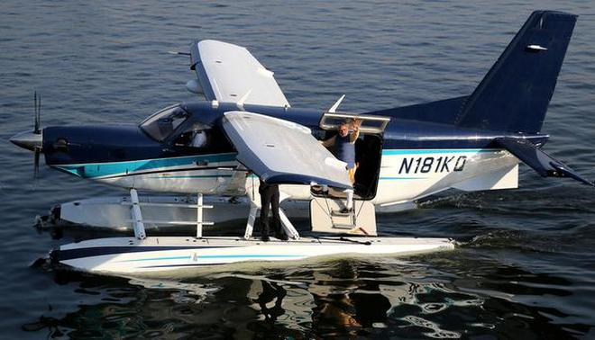 Modi stirs up controversy with seaplane plunge