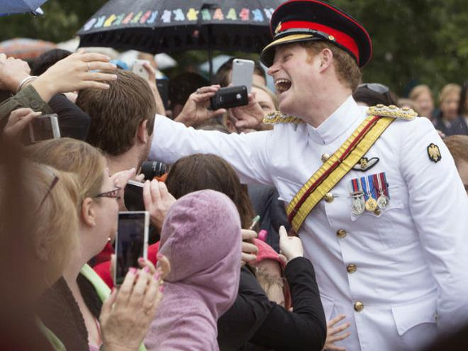 Prince harry arrives in australia to serve in army the hindu britain prince harry greeting people in australia m4hsunfo