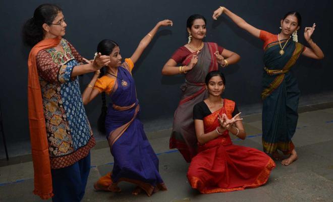 The pursuit of bharatanatyam the hindu bala kala vidhanam founder vrinda j ramanan seen with some of her students fandeluxe Gallery