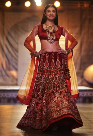 CLASSICAL TALE YET CLASSY Divya Khosla Kumar As Showstopper For Reynu Taandon At The India Couture