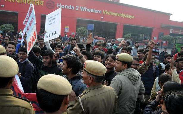 DU students protest outside Vishwavidyalaya station