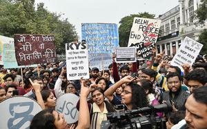 Students form human chain, support JNUSU's call for 'national protest day'