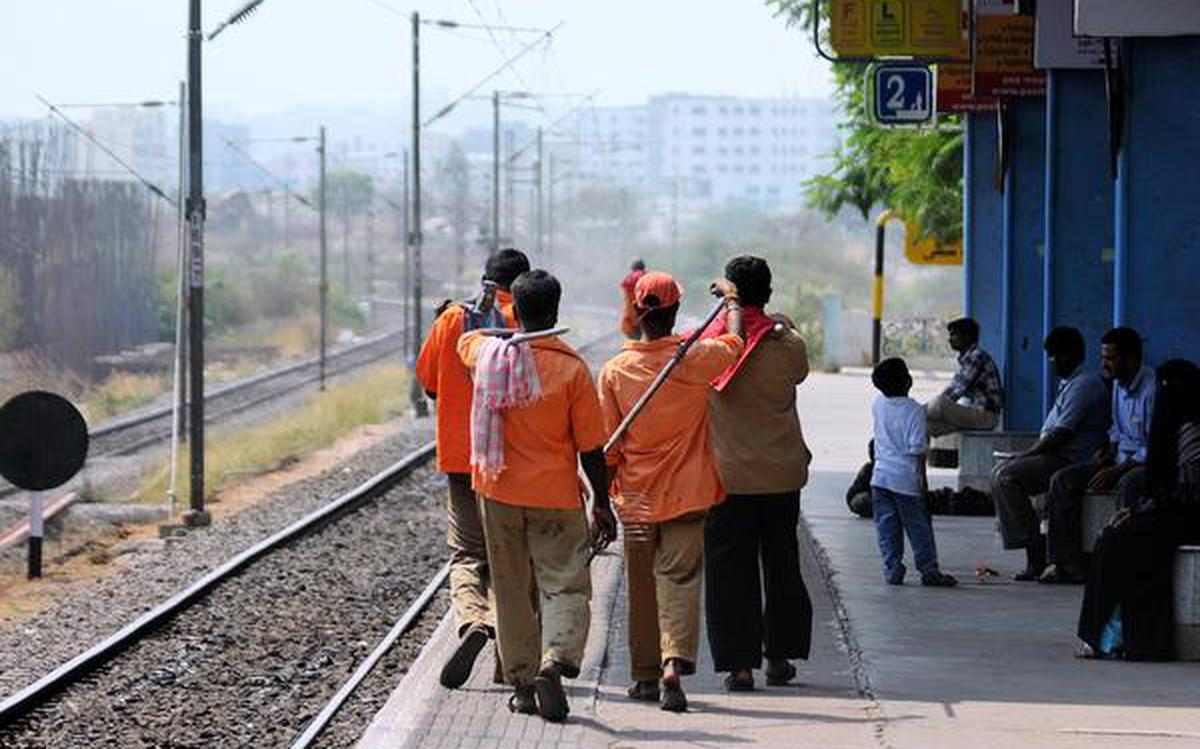 Protective gear, modern tools for railway staff - The Hindu
