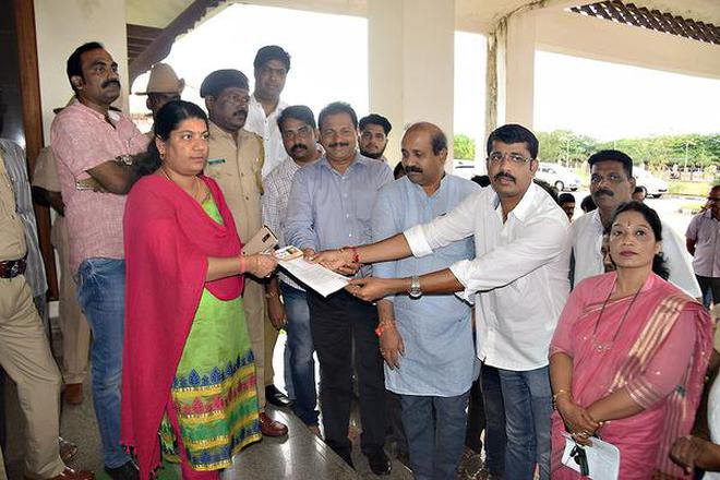 Members of the district unit of the BJP submitting a memorandum to G. Anuradha, Additional Deputy Commissioner, in Udupi on Thursday.