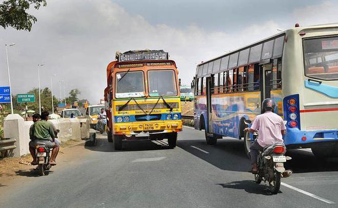 Missing link: Break in service lane near Sanjeevi Nagar along Chennai Bypass Road.