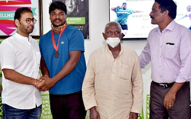 Javelin thrower gets timely help