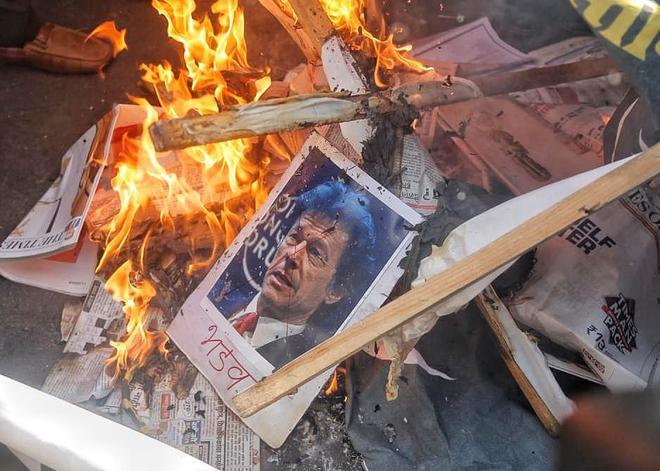 Pulwama attack: live updates | Modi, Rahul pay tributes to slain