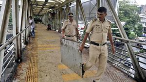 Panels on Bandra skywalk fall, three hurt
