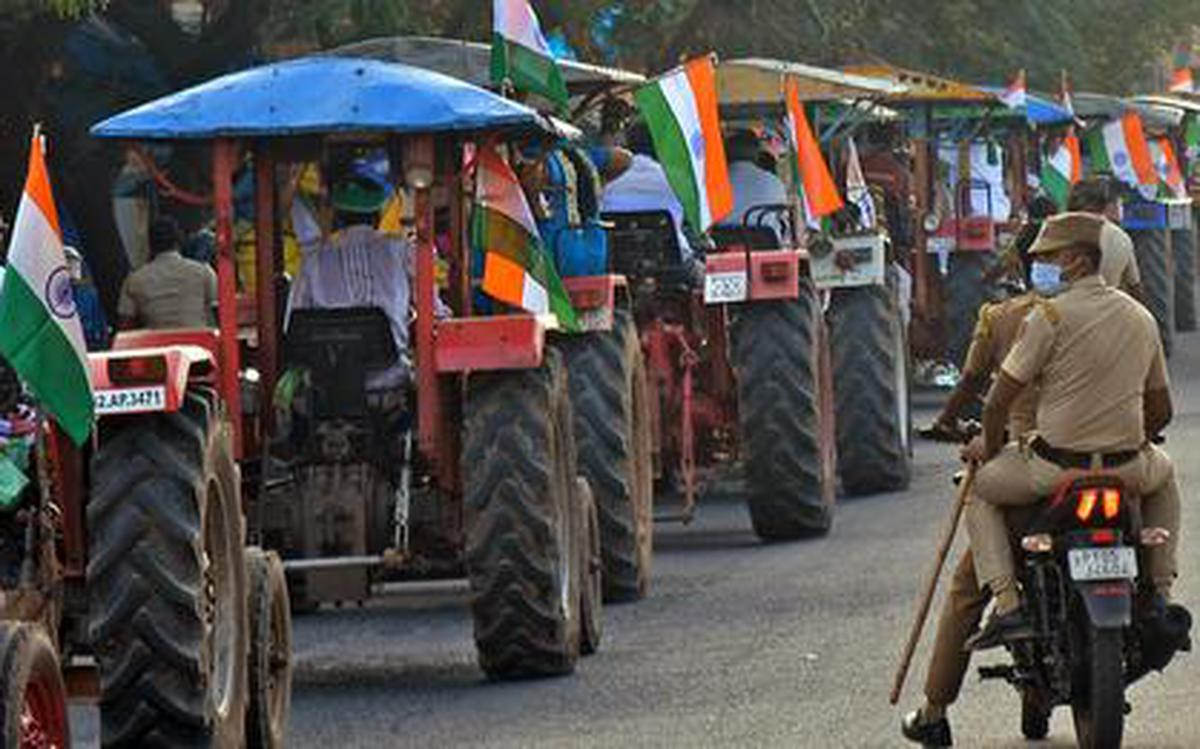 Farmers take out tractor rally - The Hindu