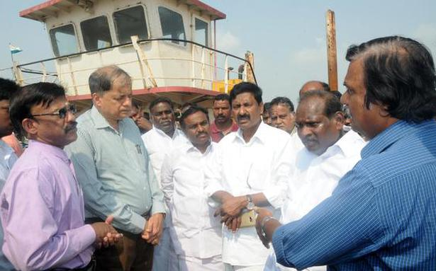 Minister inspects facilities for cargo movement