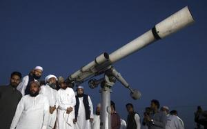 Pakistan's science minister 'invites' top clerics to see 'how moon cycle works'