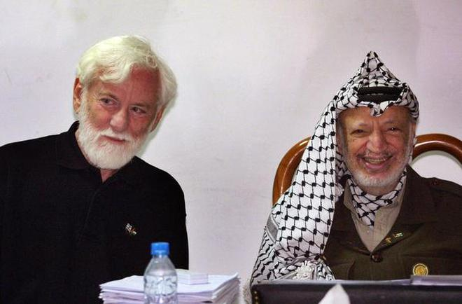 In this May 8, 2002 file photo, Israeli peace activist Uri Avnery, left, sits with Former Palestinian leader Yasser Arafat during a meeting in the West Bank city of Ramallah. Avnery, a trailblazing Israeli journalist and peace activist and one of the first to openly advocate for a Palestinian state, has died aged 94, in Tel Aviv after suffering a stroke on Monday.