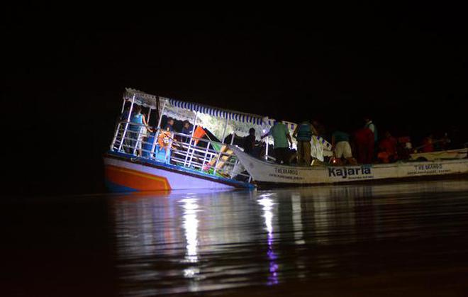 ap-cm-chandrababu-naidu-visiting-godavari-boat-acc