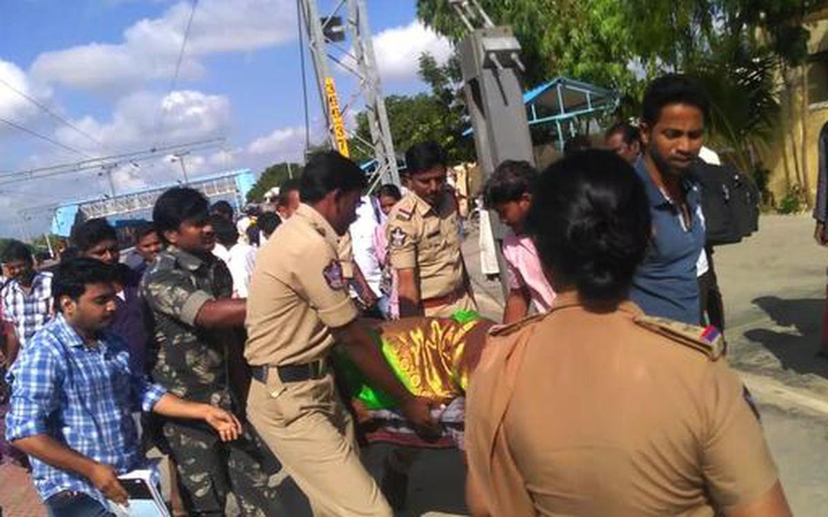 AP Police Delivers Baby In Train - Both Are Safe