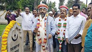 Shivakumar receives rousing welcome in Srirangapatna, Mandya