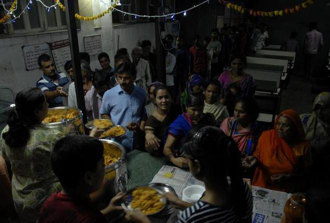 A thing called free lunch: People mill around Seva Kitchen volunteers at CIIMS