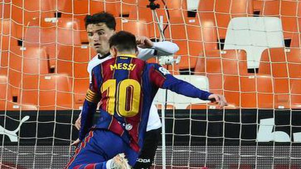 Euro leagues: Barcelona edges a nail-biting encounter
