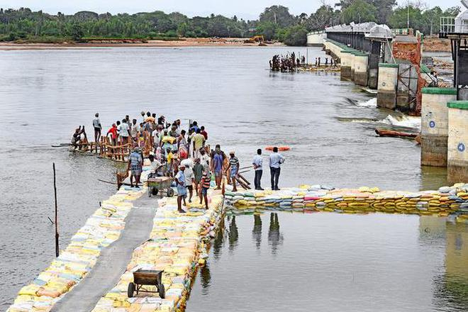 Workers without life jackets plugging the breach across the Coleroon river at Mukkombu in Tiruchi.M. SrinathM_SRINATH