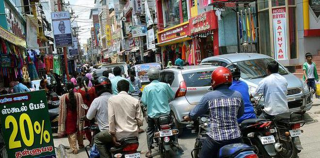 Inching through:It was traffic chaos at Singarathope in Tiruchi on Sunday.M. MoorthyM_Moorthy