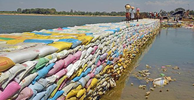 A file picture of sand bags placed along the damaged portion of the regulator across the Coleroon at Mukkombu in Tiruchi district. M. Moorthy