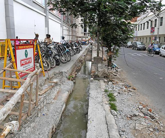 The drainage canal being cleaned on Madurai Road in Tiruchi on Sunday.M. SrinathM_SRINATH