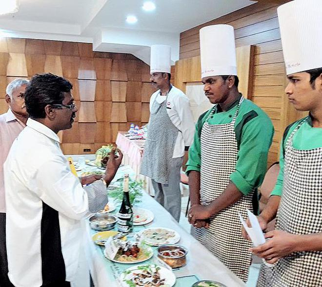 Sangam Hotel corporate chef Muruganandam interacts with contestants at the cookery competition in Tiruchi.NahlaNainar/SpecialArrangement